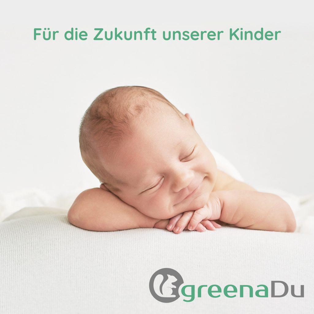 zufriedenes baby auf greenaDu Spannbettlaken